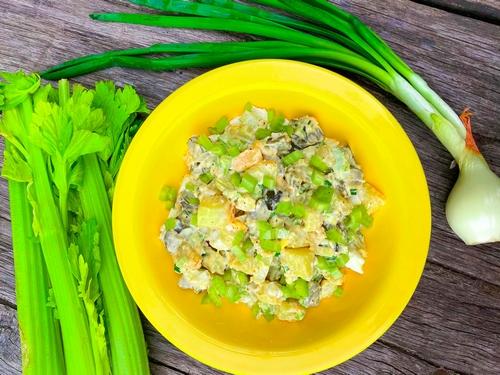 Amerykańska sałatka ziemniaczana z selerem naciowym