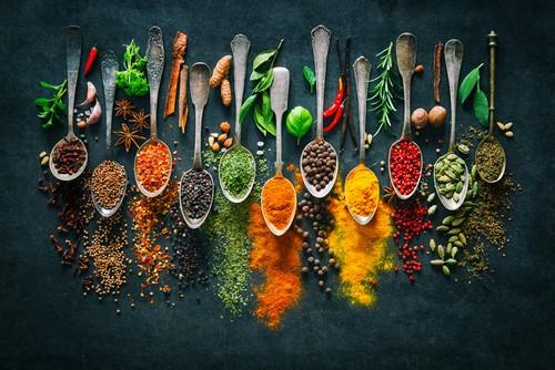 Przyprawy i zioła w kuchni. Pomysły na pełne aromatu potrawy z selerem naciowym
