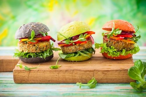 Roślinne burgery z selerem naciowym – proste i szybkie przepisy
