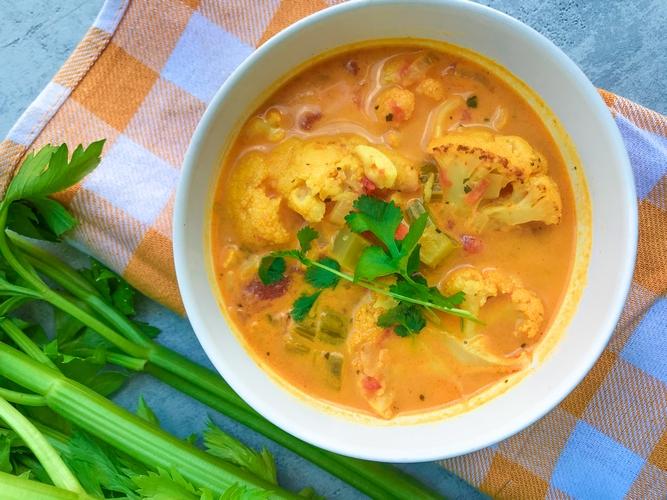 Rozgrzewająca zupa z selera naciowego i kalafiora z kurkumą i imbirem