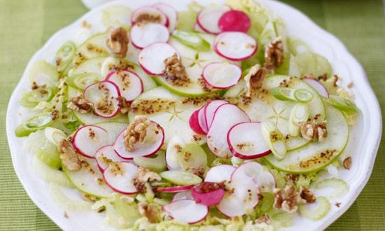 Sałatka z selera naciowego, rzodkiewki, jabłka i sera pleśniowego