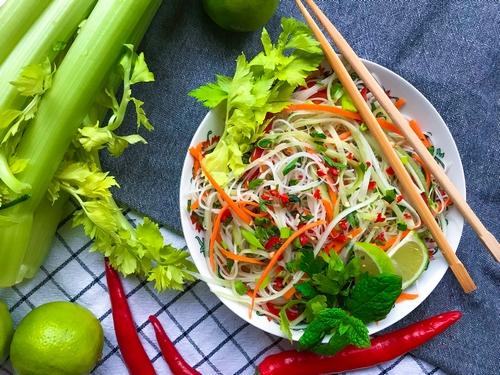 Sałatka wietnamska z selerem naciowym i makaronem