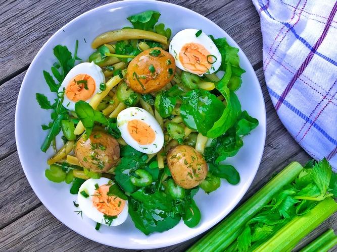 Sałatka z selera naciowego, fasolki szparagowej i młodych ziemniaków