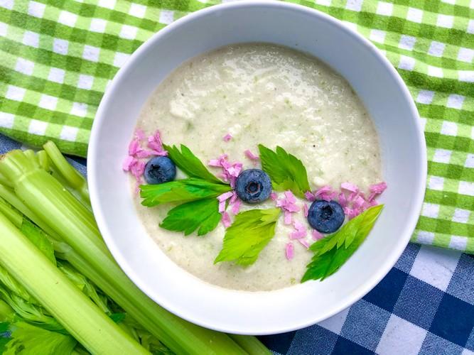 Smoothie bowl z selera naciowego na mleku migdałowym