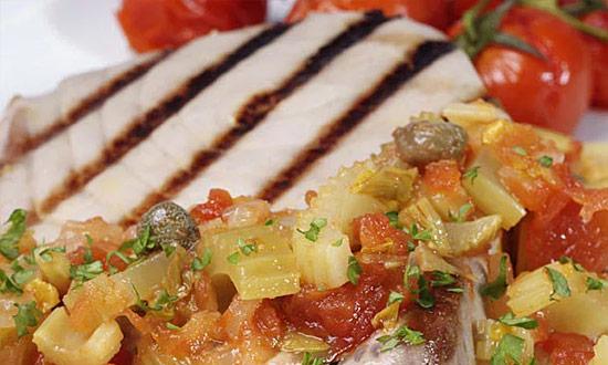 Steki z tuńczyka ze słodko-kwaśnym selerem naciowym