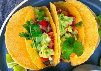 Tacos z szarpanym kurczakiem, guacamole + salsa z selera naciowego