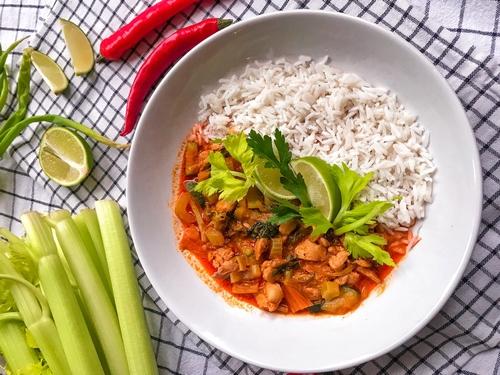 Tajskie czerwone curry z kurczakiem i selerem naciowym