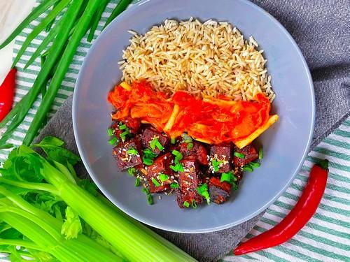 Tofu po koreańsku z kimchi z selera naciowego