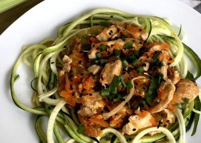 Wolnogotowane chow mein z selerem naciowym