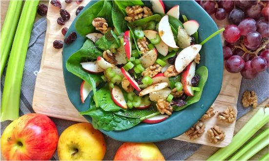 Jesienna chrupiąca sałatka z selerem naciowym, jabłkiem i żurawiną