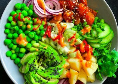 Poke bowl z łososiem i selerem naciowym
