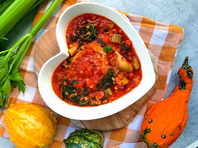 Zupa pomidorowa z selerem, soczewicą i brukselką