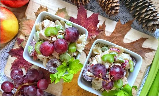 Jesienna sałatka makaronowa z selerem naciowym, orzechami i winogronami