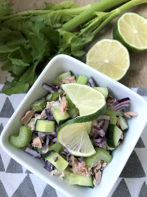 Sałatka z tuńczyka z selerem naciowym i ogórkiem